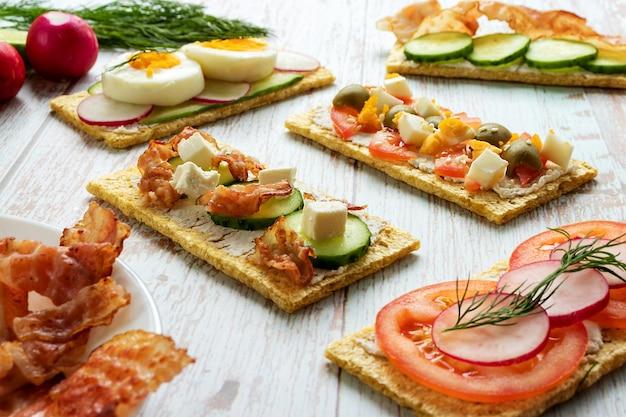 Prodotti alimentari sani su pani dietetici in una vista frontale ravvicinata