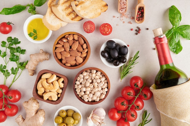 Cibo salutare. verdure, limone e ceci su una superficie di cemento, cibo vegetariano o concetto di cucina mediterranea, copia dello spazio. frutta, verdura, grano, noci olio d'oliva sulla tavola di legno.
