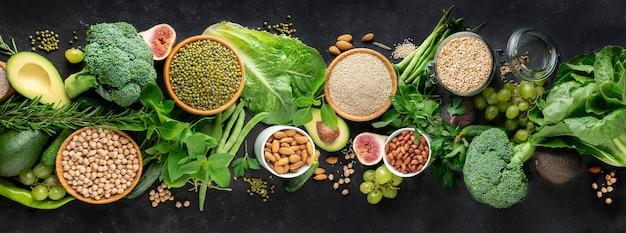 Cibo sano con verdure, cereali ricchi di proteine e altre verdure