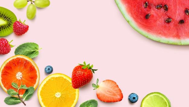 Sfondo di frutta sana. frutta fresca e bacche colorate su sfondo rosa. vista dall'alto. copia spazio