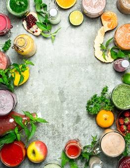 Frullati sani di frutta e verdura. su fondo rustico.