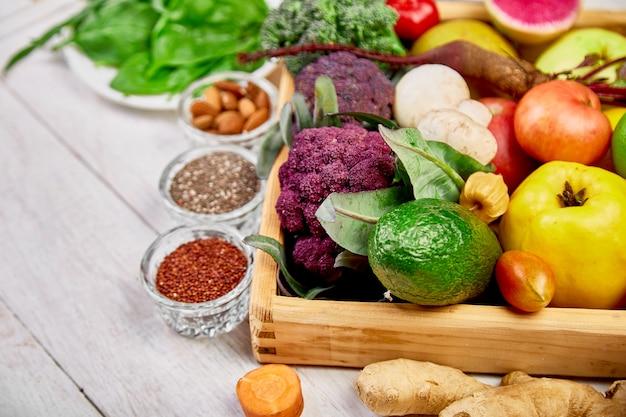 Composizione di frutta e verdura sana