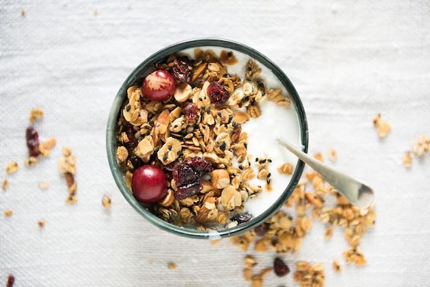 Idea di ricetta per la fotografia di cibo sano con muesli