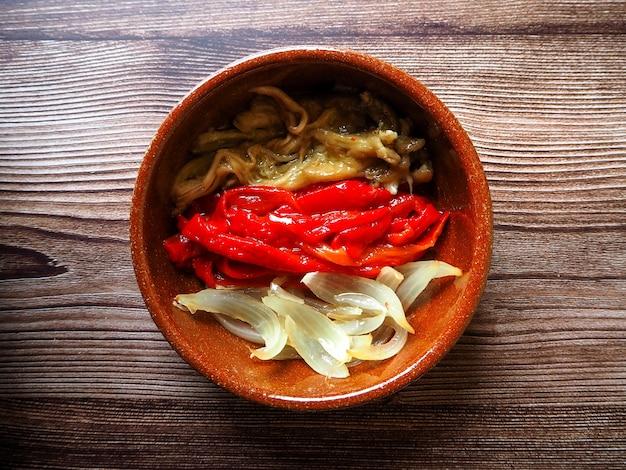 Piatto di verdure grigliate sano chiamato escalivada