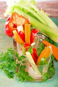 Insalata di barattoli fatti in casa sani - cibo sano, dieta, disintossicazione, alimentazione pulita o concetto vegetariano