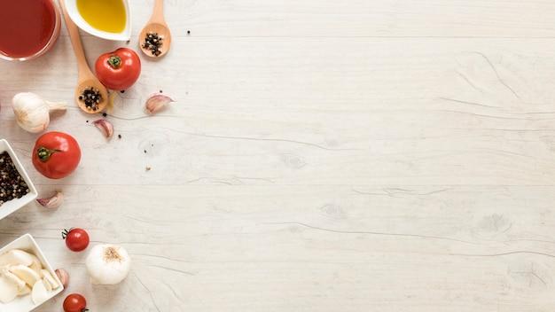 Ingredienti sani sullo scrittorio di legno bianco