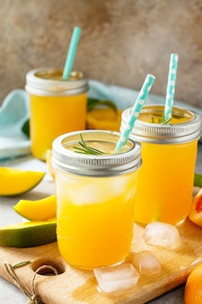 Dieta sana e succosa con bevande vitaminiche estive o un concetto di vitamine fresche