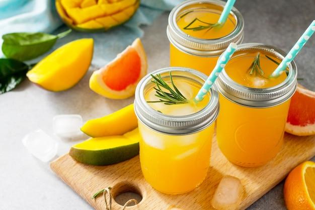 Dieta sana e succosa con bevande vitaminiche estive o un concetto di cibo vegetariano