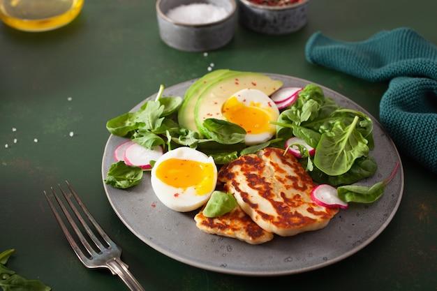 Sana colazione cheto paleo dietetica: uovo sodo, avocado, formaggio halloumi, foglie di insalata