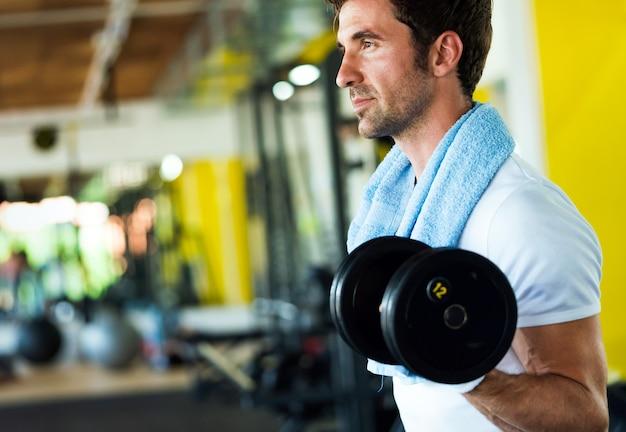 Vita sana e concetto di esercizio in palestra. giovane in forma che si allena nel fitness club sportivo