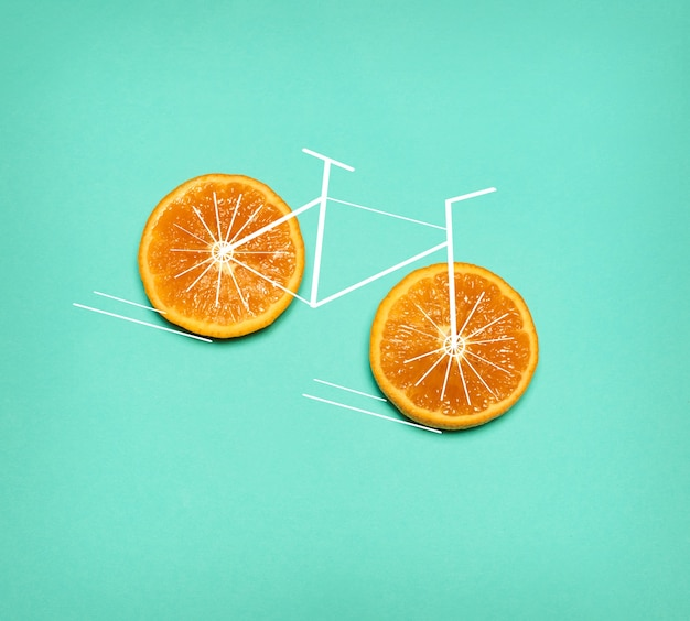 Concetto di stile di vita sano - bici con ruota arancione su verde. collage pop art