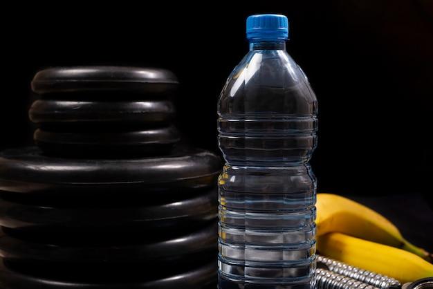 Concetto di stile di vita sano. fitness, attrezzature sportive, stile di vita sano e attivo. bottiglia d'acqua, banana, attrezzatura.