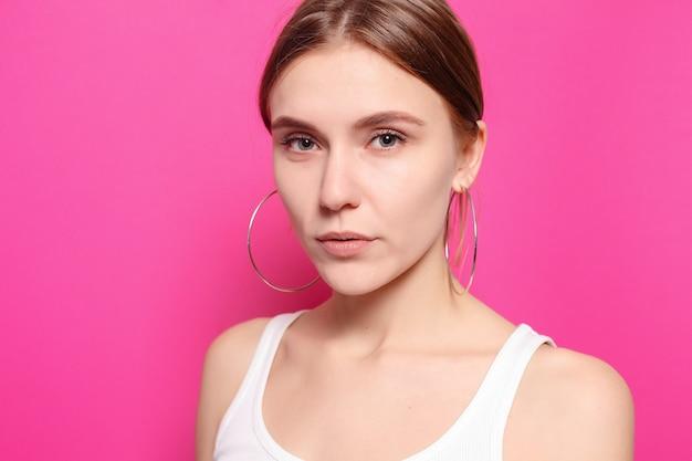 Stile di vita sano, felicità e concetto di persone - il ritratto della giovane donna con emozioni felici