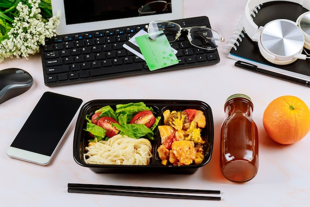 Ordinare un pranzo sano al lavoro