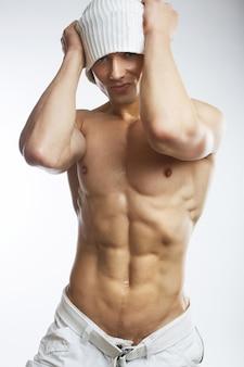 Giovane senza camicia muscolare sano
