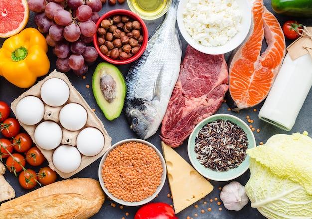 Concetto di alimentazione sana. alimento equilibrato di dieta sana. carne, pesce, verdura, frutta, fagioli, latticini.