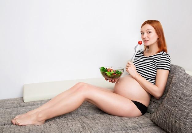 Alimentazione sana e gravidanza bella donna incinta con insalata