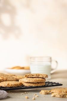 Biscotti di farina d'avena sani con cereali, semi e noci con una tazza di latte