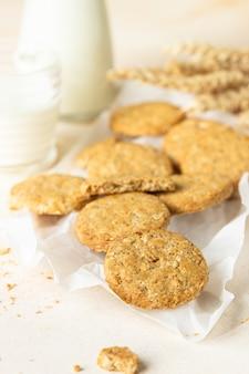 Farina d'avena sana o biscotti multicereali con semi e noci su carta da forno