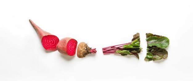 Alimenti biologici sani. barbabietola tagliata cruda, ingrediente da cucina, vista dall'alto, piatto, oggetto