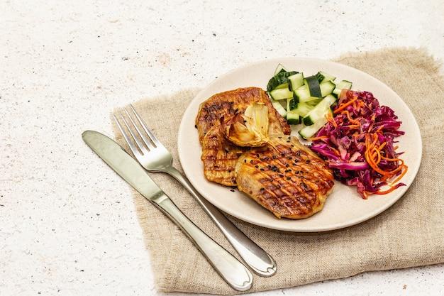 Cibo paleo sano con carne alla griglia, cetriolo fresco, cavolo fermentato e carota