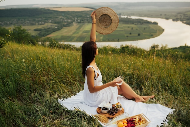 Picnic salutare per una vacanza estiva con croissant appena sfornati