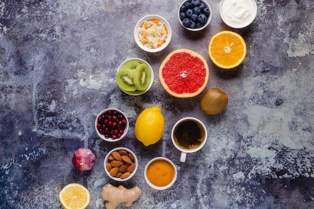 Prodotti sani per aumentare l'immunità e rimedi per il raffreddore, vista dall'alto.