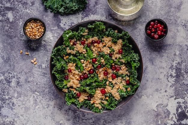 Insalata di cavolo crudo sano e quinoa con mirtilli rossi e pinoli. vista dall'alto.