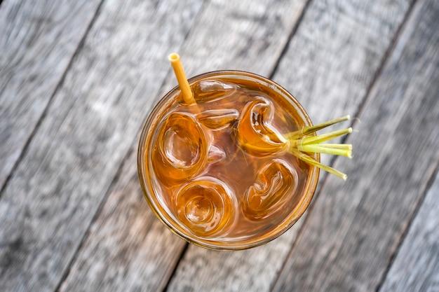 Bevanda sana e rinfrescante di cannella e gambi di citronella su un tavolo di legno, vista dall'alto, da vicino