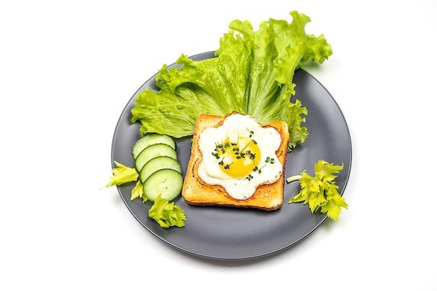 Una sana colazione al ristorante con uova in padella con vista dall'alto di insalata
