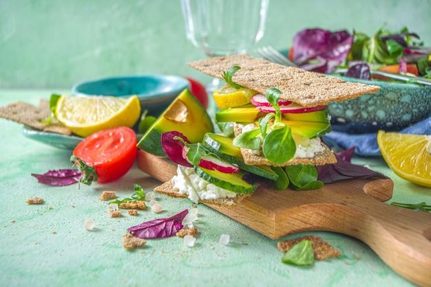 Panini sani di pane di segale con pane croccante, crema di formaggio e verdure fresche di primavera