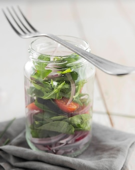 Una sana insalata in primo piano barattolo trasparente