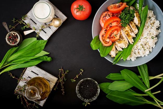 Sana insalata con pollo, pomodori, aglio selvatico e riso