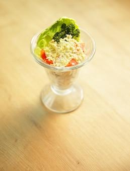Sana insalata con pollo. verdure e formaggio