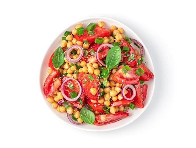 Insalata sana con ceci pomodori e semi di sesamo isolati su sfondo bianco