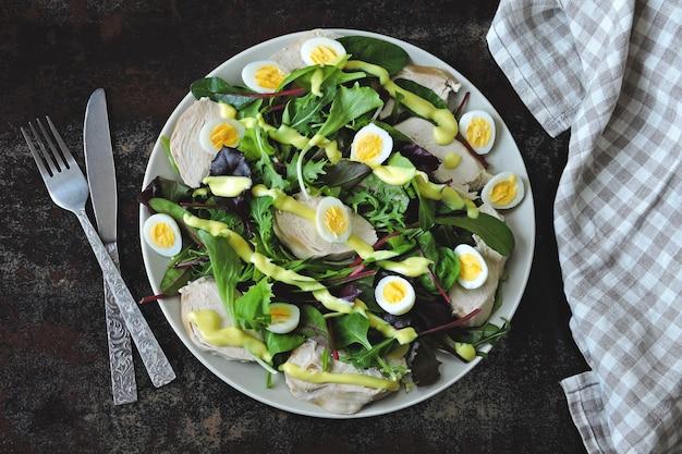 Sana insalata con uova di quaglia, insalata mista e petto di pollo. dieta keto. paleo. pegan