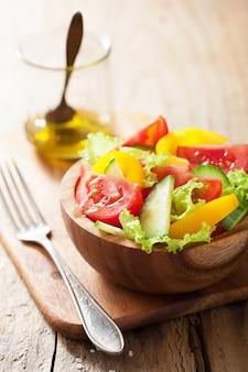 Una sana insalata con pomodori, cetrioli e pepe