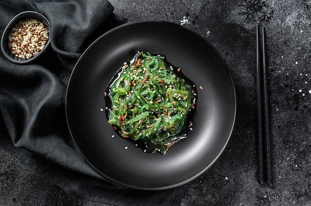 Una sana insalata di chuka di alghe con verdure