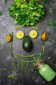 Frullato salutare di frutta verde avocado insalata cavolo lime kiwi menta