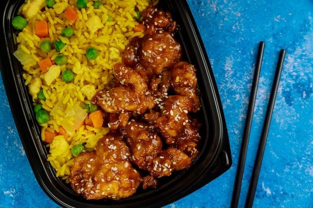 Verdure sane saltate in padella con pollo e riso. avvicinamento. cibo asiatico.