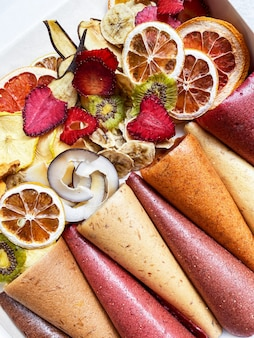 Dolci sani frutta in pelle e patatine di frutta. pastiglia dolce di pura frutta in rotoli