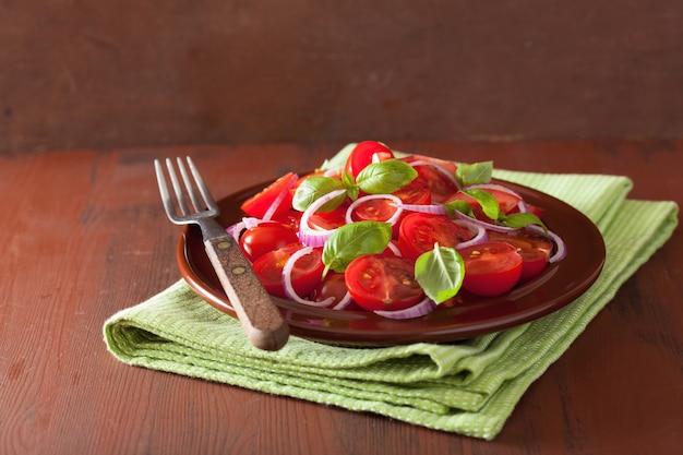 Sana insalata di pomodori con cipolla olio d'oliva e aceto balsamico