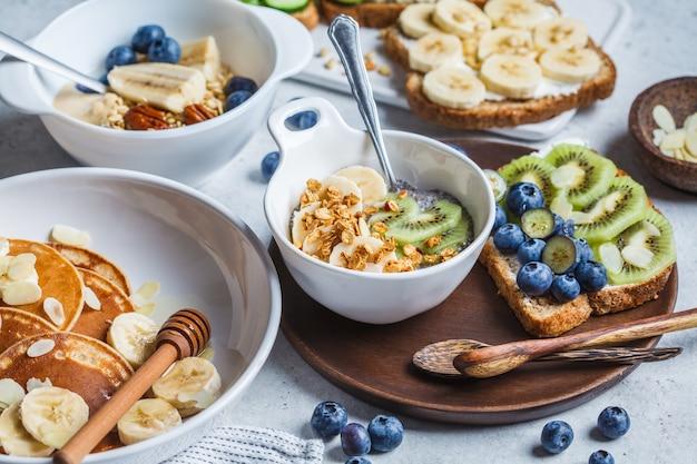 Tabella di colazione vegetariana varia sana.