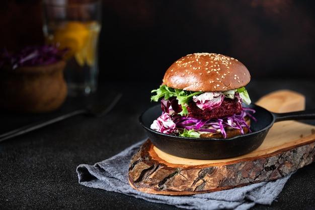 Hamburger vegano sano di barbabietola con cavolo rosso e lattuga