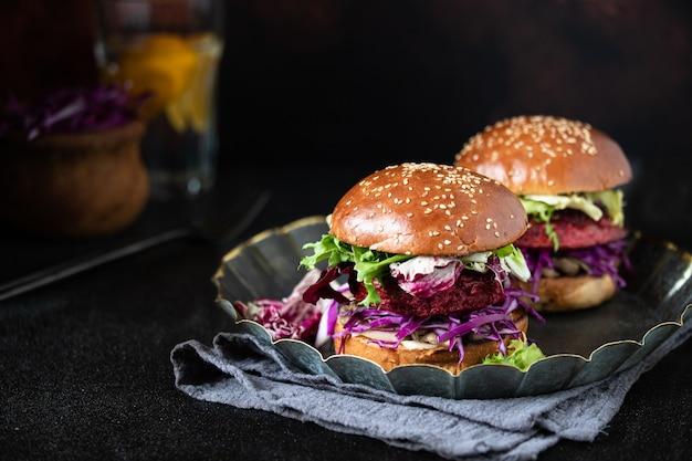 Hamburger vegani sani di barbabietola con cavolo rosso e lattuga