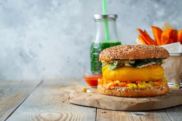 Hamburger vegano sano con verdure fresche e salsa bianca. con copia spazio.