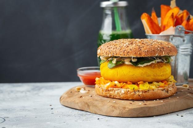 Hamburger vegano sano con verdure fresche.