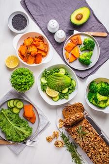 Tavolo da pranzo cibo vegano sano, vista dall'alto.