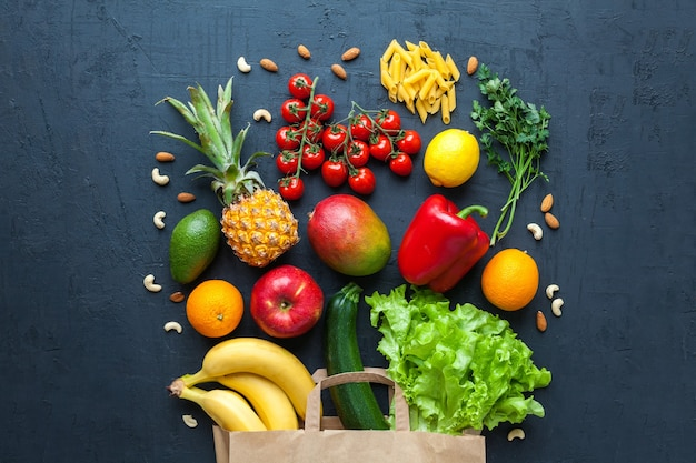 Cibo vegetariano sano in un sacchetto di carta. varietà di frutta e verdura