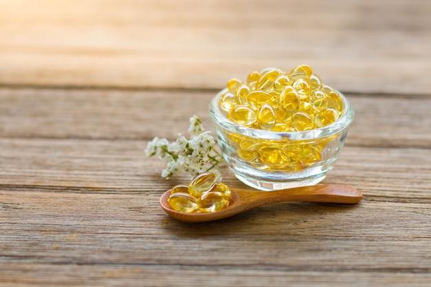 Vista dall'alto di vitamine sane omega 3 su uno sfondo di legno